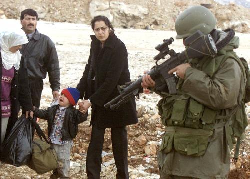Israeli_soldier_pointing_gun_straight_at_child_thumb